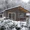 Huisje in het bos in de sneeuw